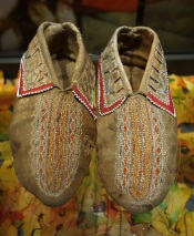 Iroquois_(probably)_moccasins,_early_1700s_-_Bata_Shoe_Museum_-_DSC00649