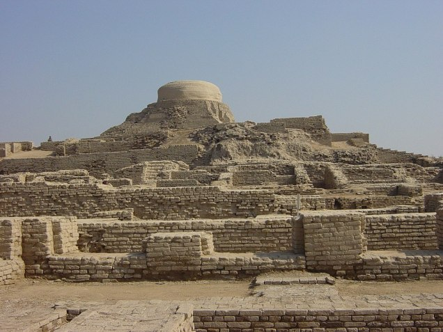 Stupa Mount_Ruins_at_Moenjodaro