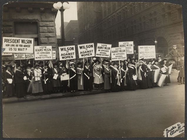 799px-Suffragists_Protest_October_1916_276015v