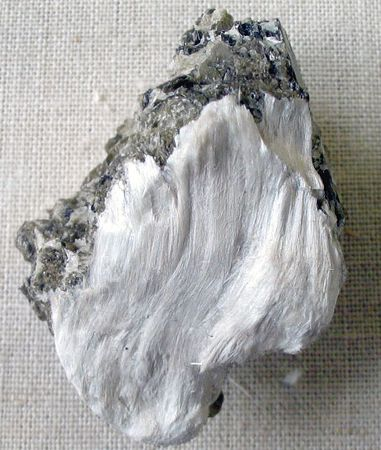 381px-Asbestos_with_muscovite