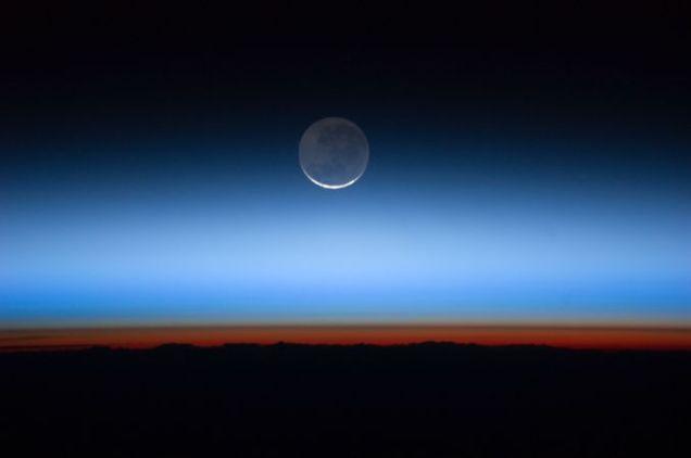 677px-Moon_Limb_&_Troposphere